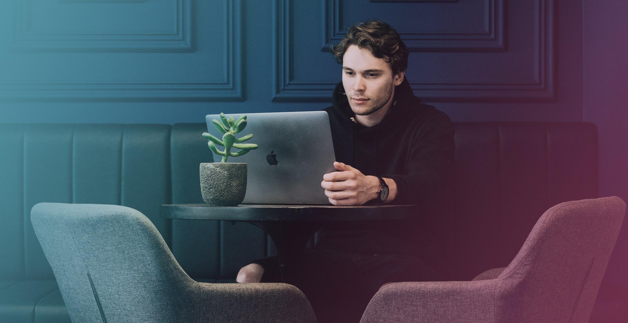 jeune-homme-recherches-ordinateur-portable
