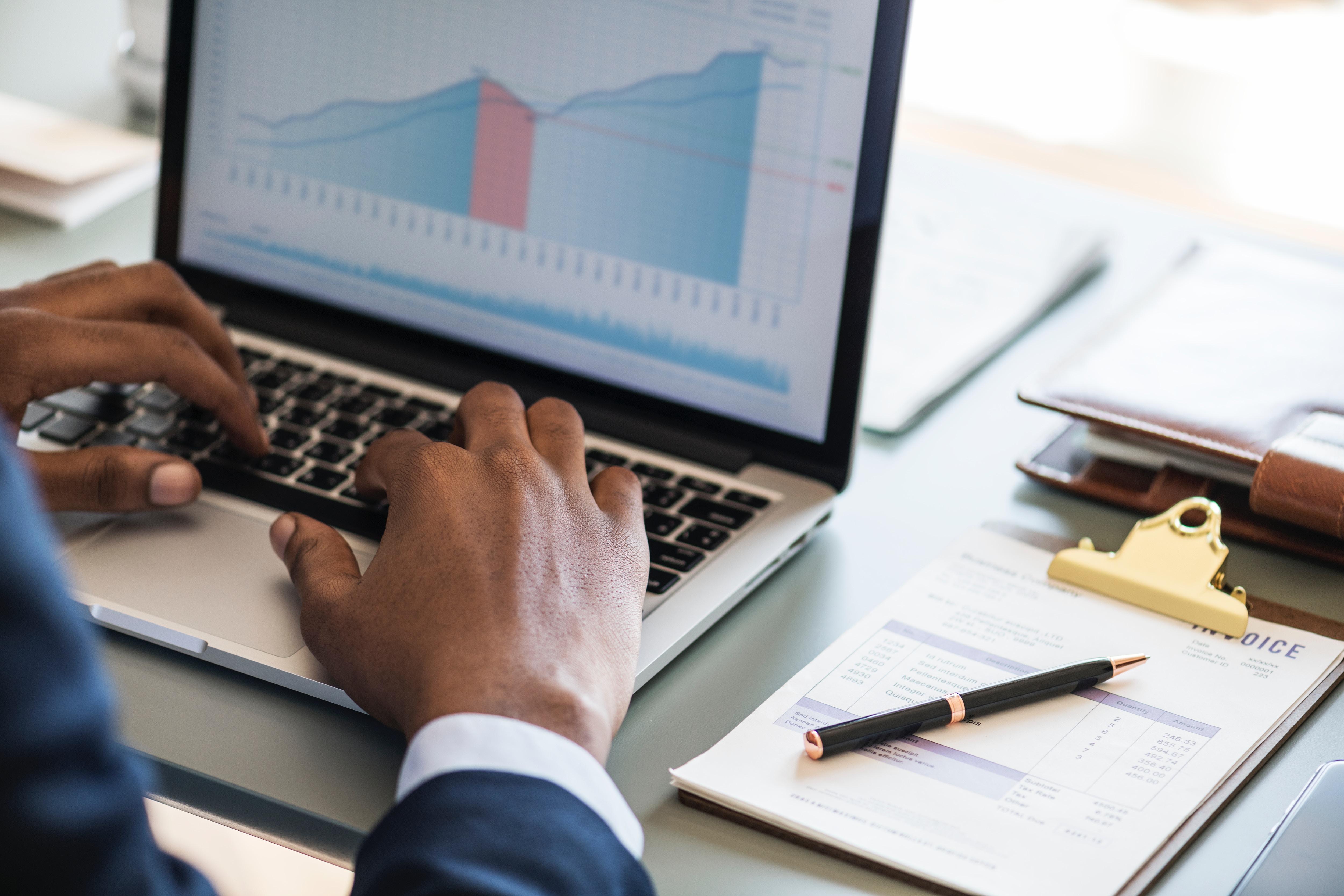 homme-comptable-ordinateur-statistiques