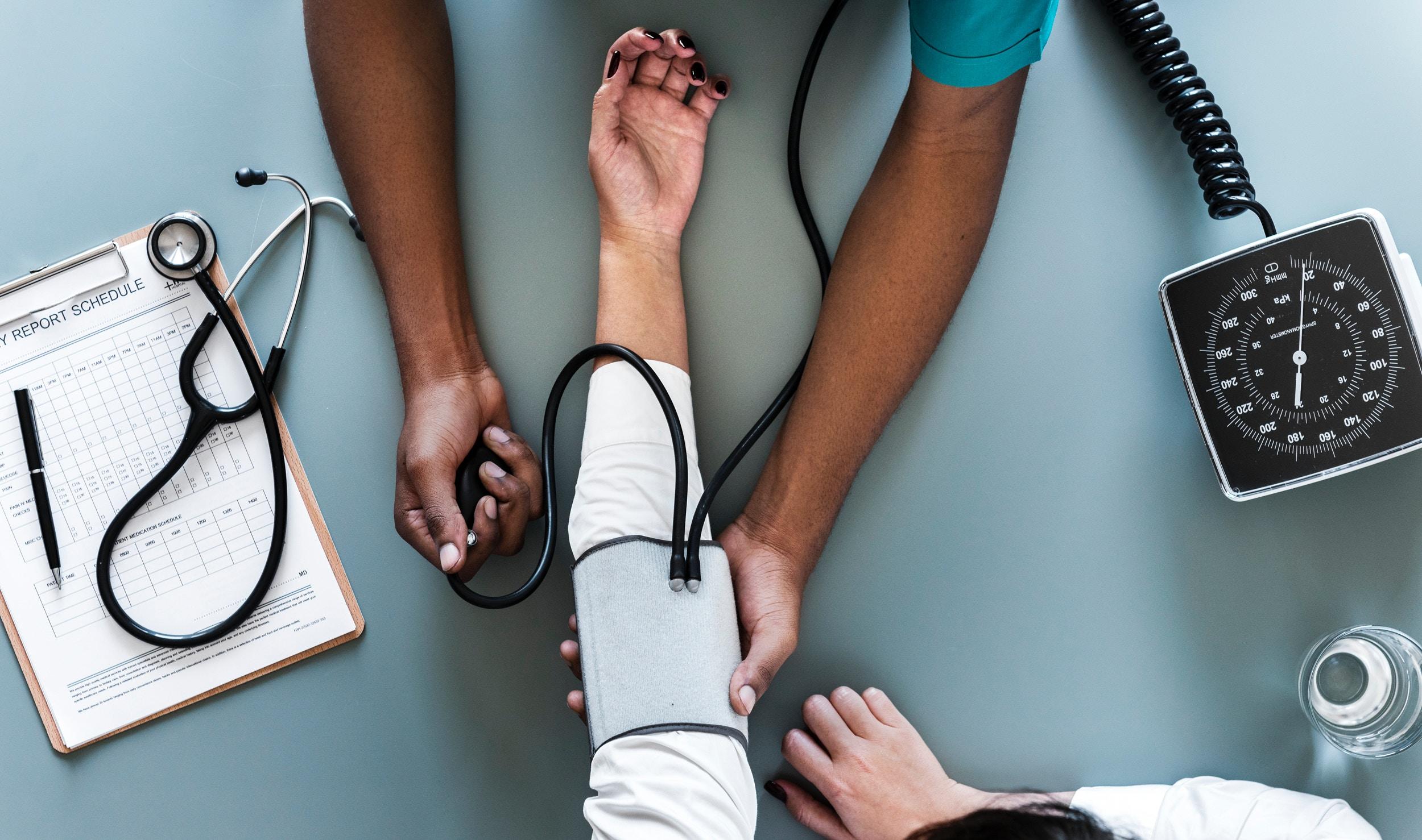 bras-medecin-patient-medical