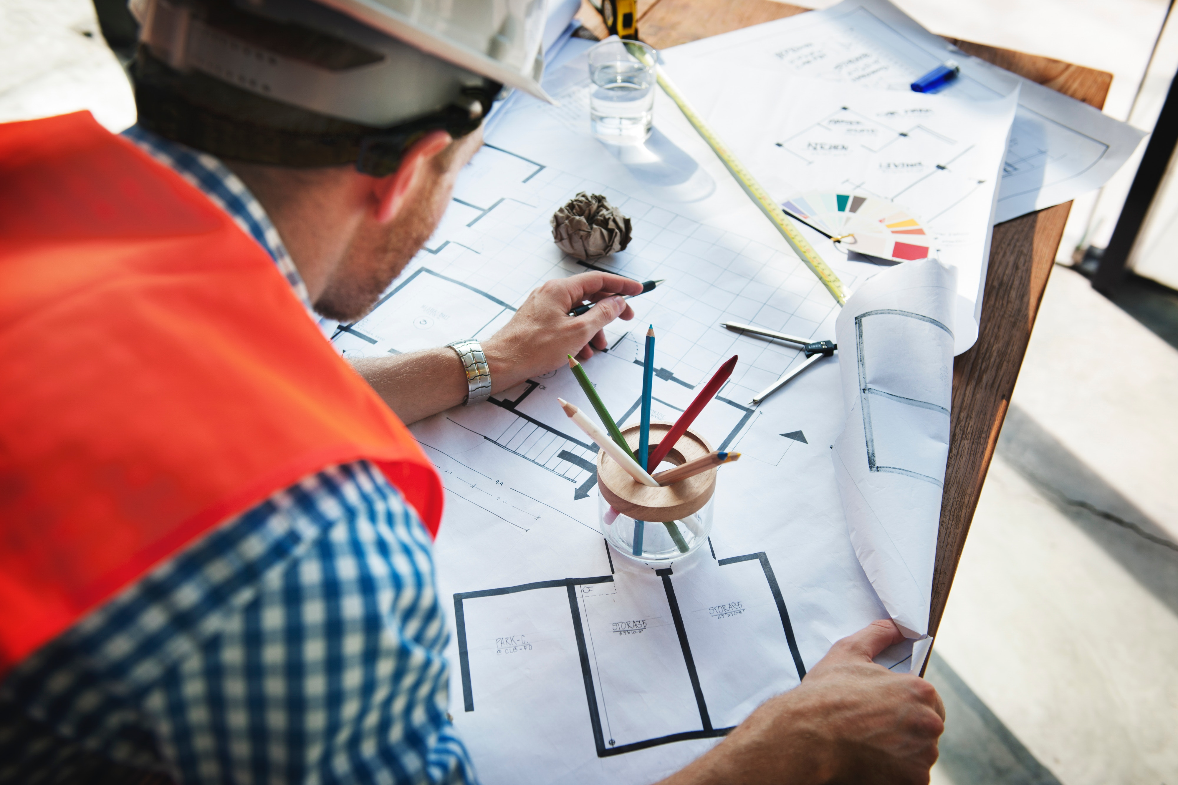 homme-casque-chantier-dessin-industrie